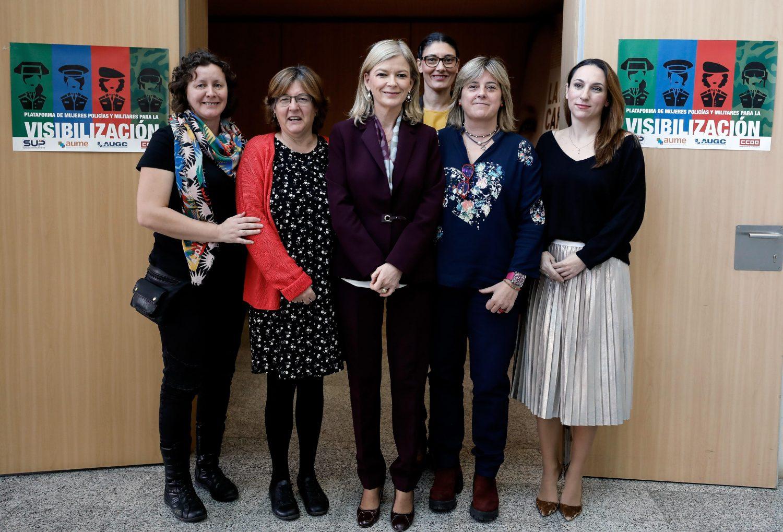 La consellera de Justicia Gabriela Bravo posa en València con las representantes de la plataforma, integradas en las asociaciones sindicales AUGC, AUME, CC OO y SUP.