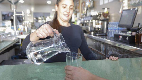 Bares y restaurantes tendrán que ofrecer agua del grifo gratis a los clientes