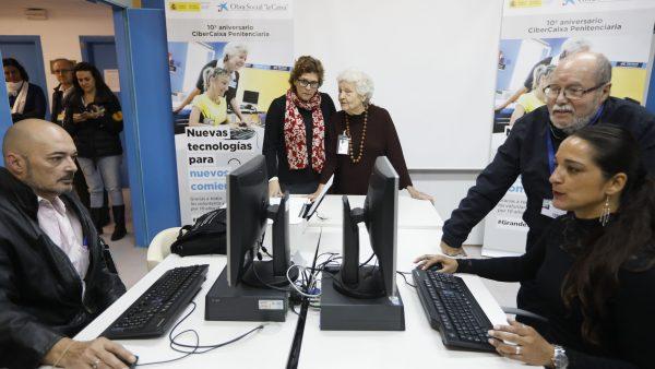 Voluntarios jubilados se convierten en maestros de la informática para formar a reclusos